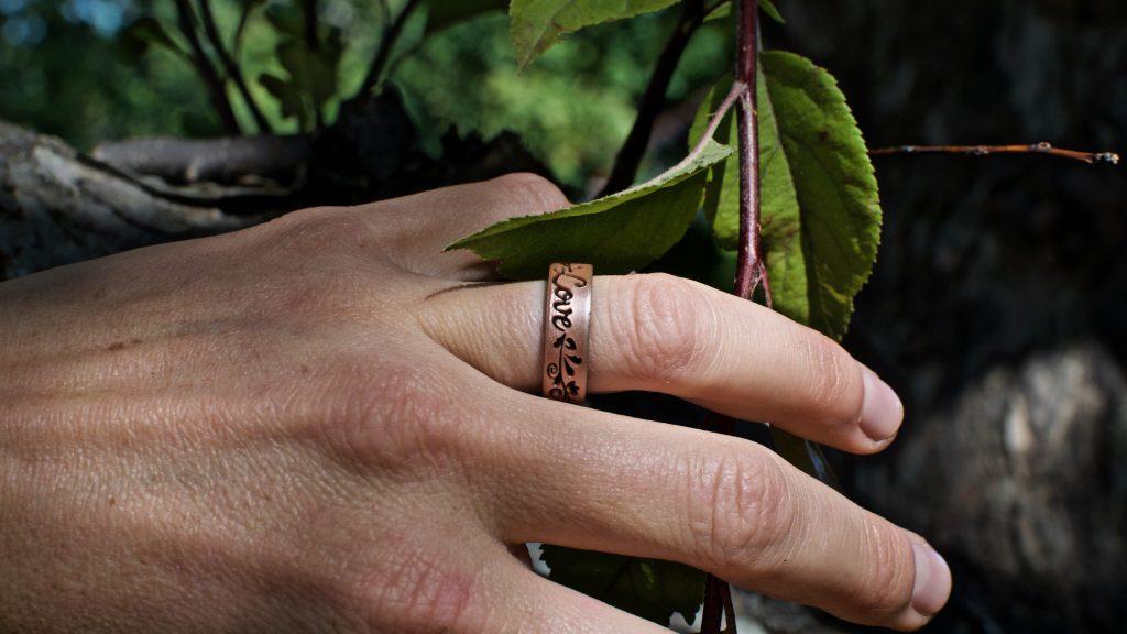 WOMEN'S STRATA METALLIC ROSE GOLD AND BLACK FILIGREE LOVE SILICONE RING